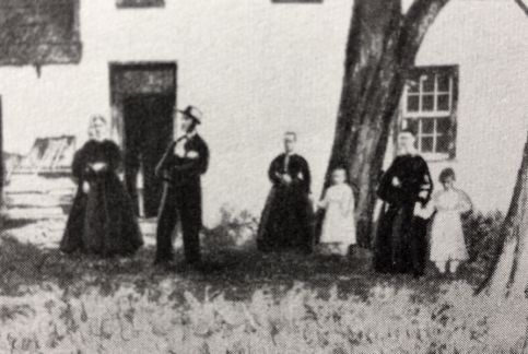 The King family in front of the Booth Log cabin after the assassination.